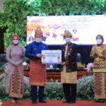 Gubernur Sumsel, H Herman Deru saat memberikan bantuan secara simbolis untuk pembangunan infrastruktur Kota Palembang kepada Wali Kota Palembang, H Harnojoyo, Kamis (17/6)