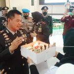 Kapolres Banyuasin, AKBP Imam Tarmuji SIk MH sata menerima kue ulang tahun dari pengurus PWI Banyuasin sebagai kado ultah HUT ke-75 Bhayangkara, Kamis (1/7)