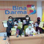 Beberapa wartawan berfoto bersama Wakil Rektor III Universitas Bina Darma Palembang usai mendaftar kuliah program pascasarjana Magister Ilmu Komunikasi Kelas Khusus Jurnalis, Senin (12/7)