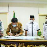 Penandatangan Penyerahan Nota Persetujuan Kenaikan Pangkat Periode Oktober 2021 ASN Kabupaten Musi Banyuasin di Ruang Rapat Serasan Sekate, Kamis (15/7).