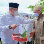 Bupati Muba, Dr Dodi Reza Alex Noerdin Lic Econ MBA saat membagian daging kurban ke warga, Selasa (20/7)