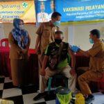 Kepala Dinas Kesehatan OKI, Iwan Setiawan, SKM, MKes, saat melakukan pemantauan vaksinasi di Puskesmas Celika