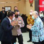 Gubernur Sumsel, H Herman Deru didampingi Kapolda Sumsel dan Danrem 044/GAPO saat menerima bantuan dari keluarga almarhum Akidi Tio, Senin (26/7)