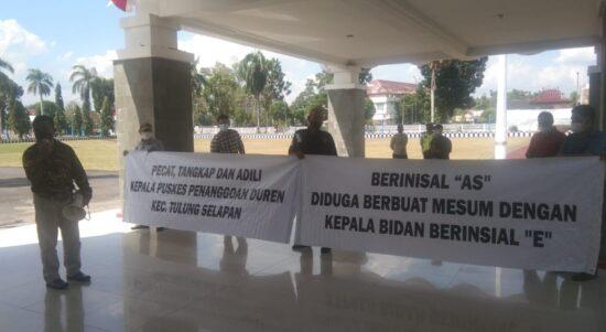 Organisasi Pemerhati Kesehatan OKI ini menggelar aksi damai di halaman kantor Pemkab OKI