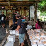 Kedai kopi di objek wisata Guci, Kabupaten Tegal menyediakan makanan bagi warga terdampak Covid-19