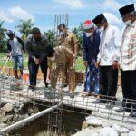 Bupati Asahan, H Surya BSc saat peletakan batu pertama pendirian Gedung 2 Pondok Pesantren Bina Ulama Kisaran yang berada di Desa Subur Kecamatan Air Joman, Senin (02/08)