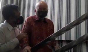 Dokter keluarga almarhum Akidi Tio,Prof dr Hardi Darmawan saat datang ke Polda Sumsel, Senin (2/8)