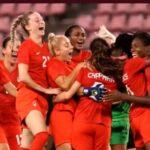 Selebrasi tIm sepak bola putri Kanada usai menang adu penalti di final sepak bola putri pada Olimpade Tokyo 2020, Jumat (6/8) malam (sumber foto: olympics)