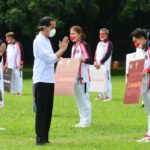 Menteri Pemuda dan Olahraga Republik Indonesia (Menpora RI) Zainudin Amali mendapingi Presiden Joko Widodo menyambut kedatangan para atlet, pelatih dan kontingen Indonesia Olimpiade Tokyo 2020 di Istana Kepresidenan di Bogor, Jumat (13/8)