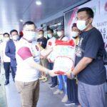 Gubernur Sumsel, Herman Deru melalui Presiden SFC, Hendri Zainuddin saat memberikan bantuan beras kepada komunitas sepak bola Sumsel