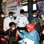 Gubernur DKI Jakarta Anies Baswedan mengunjungi sentra vaksinasi warga yang berlokasi di Padepokan Pencak Silat Persinas ASAD, Pondok Ponpes Minhaajurrosyidiin