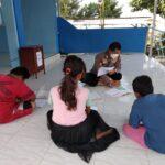 anggota Polres Tegal, Bripka Bambang Hermanto menyampatkan diri untuk membuat program bimbingan belajar kepada anak-anak nelayan pesisir secara gratis di sekitar lokasi Pantai Larangan, Desa Munjungagung, Kabupaten Tegal, Jumat (10/9)