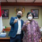 Menteri Lingkungan Hidup dan Kehutanan Siti Nurbaya bersama Ketua Panitia Peringatan Hari Pers Nasional (HPN) 2022 Auri Jaya,