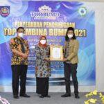 Bupati Tegal, Umi Azizah meraih penghargaan Top Pembina BUMD 2021 dari Majalah Top Business