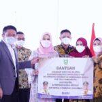 Gubernur Sumatra Selatan, Herman Deru, menyerahkan bantuan alat pertanian, Minggu 919/9) pagi diKantor Camat Buay Madang Timur BK 5 Kabupaten OKU Timur