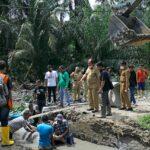 Wakil Bupati Asahan, Zainal Abidin Ssos MS meninjau normalisasi saluran pembuangan air dan pemasangan bis beton parit rodi di Desa Subur Dusun V, Kecamatan Air Joman, Senin (20/09)