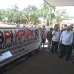Puluhan massa BPI KPNPA RI menggelar aksi unjuk rasa di halaman Kantor Gubernur Sumatera Selatan (Sumsel, Rabu (22/9) pagi.