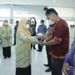 Senior Excecutive Vice President PT Inalum Persero Ismail Midi menyerahkan hadiah kepada pemenang Lomba Potensi dan Inovasi Desa Kabupaten Asahan tahun 2021