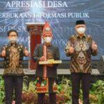 Gubernur Aceh saat mendampingi Kepala Desa Blang Kolak 1, Bebesan, Aceh Tengah saat menerima anugerah oleh Mendes PDTT