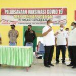 Wakil Bupati Asahan Taufik Zainal Abidin SDos MSi saat meninjau vaksinasi Covid-19 di SMAN 1 Kisaran, Rabu (29/9)