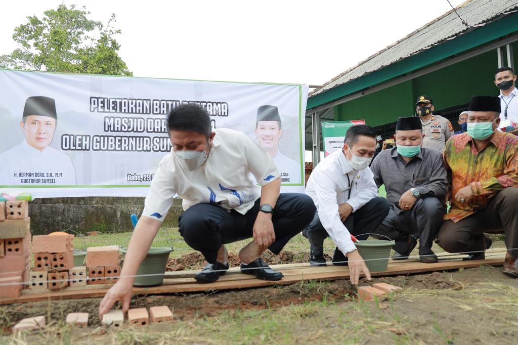 Gubernur Sumsel, H Herman Deru saat peletakan batu pertama Masjid DarussalamBukit Baru Ilir Barat I Palembang