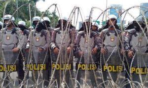 Polisi saat melakukan barikade