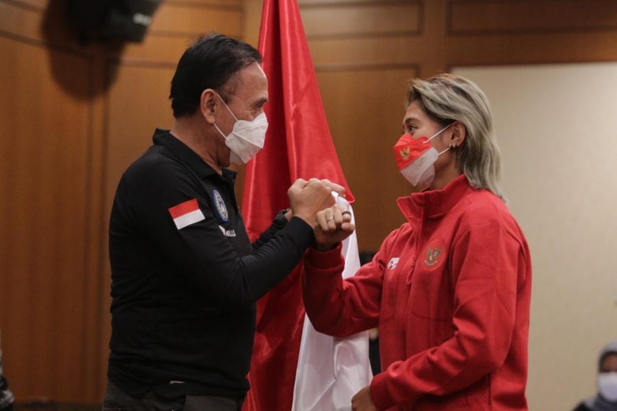 Ketua Umum PSSI Mochamad Iriawan dan Kapten Timnas Wanita Indonesia, Zahra Muzdalifah
