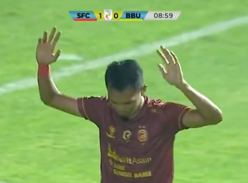 Penyerang Sriwijaya FC, Afriansyah (91) usai mencetak gol ke gawang Muba Babel United, Rabu (6/10) malam (foto: tangkapan layar)