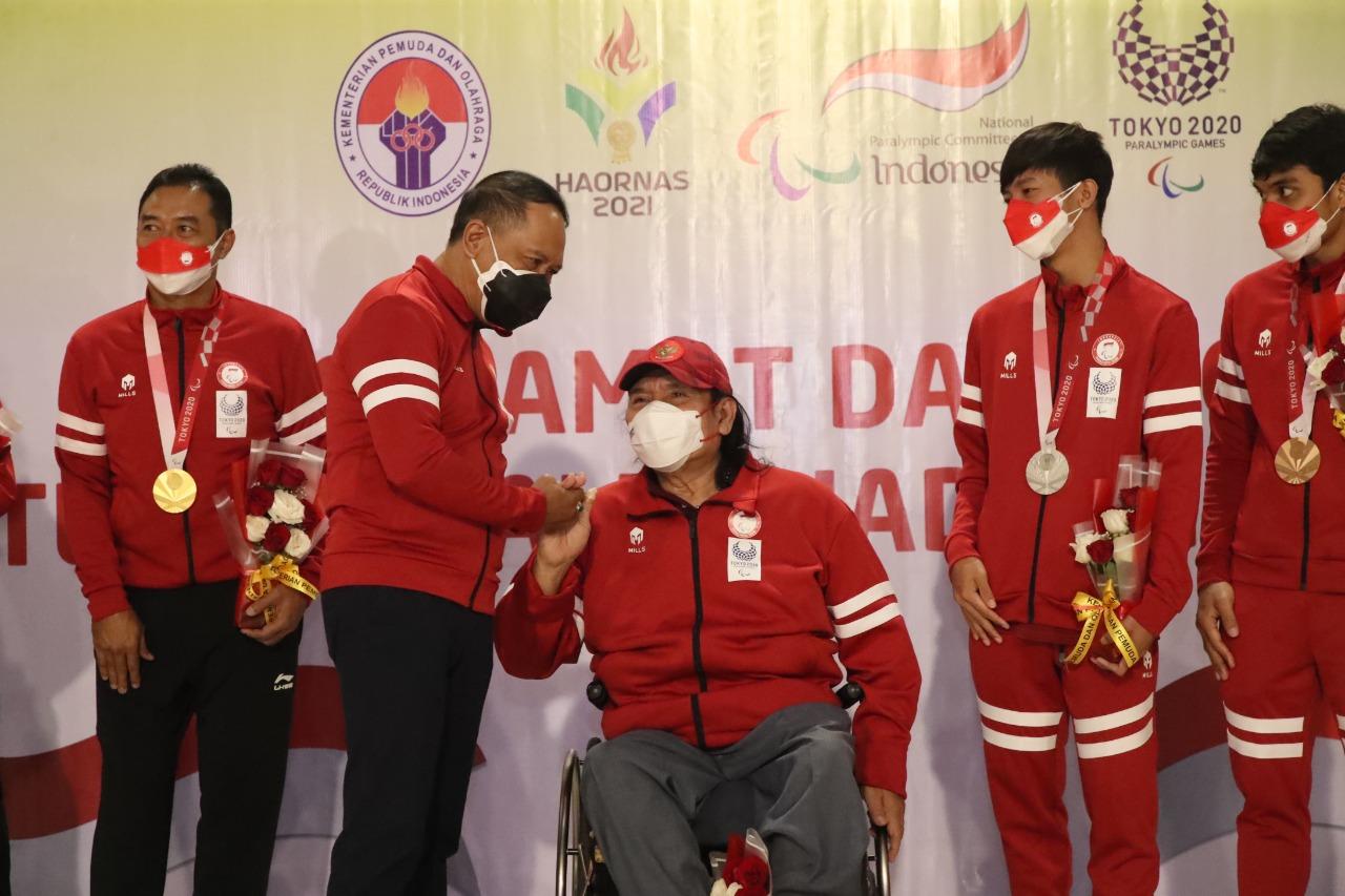 Menpora, Zainudin Amali saat bersalaman dengan Ketua NPC Indonesia, Senny Marbun