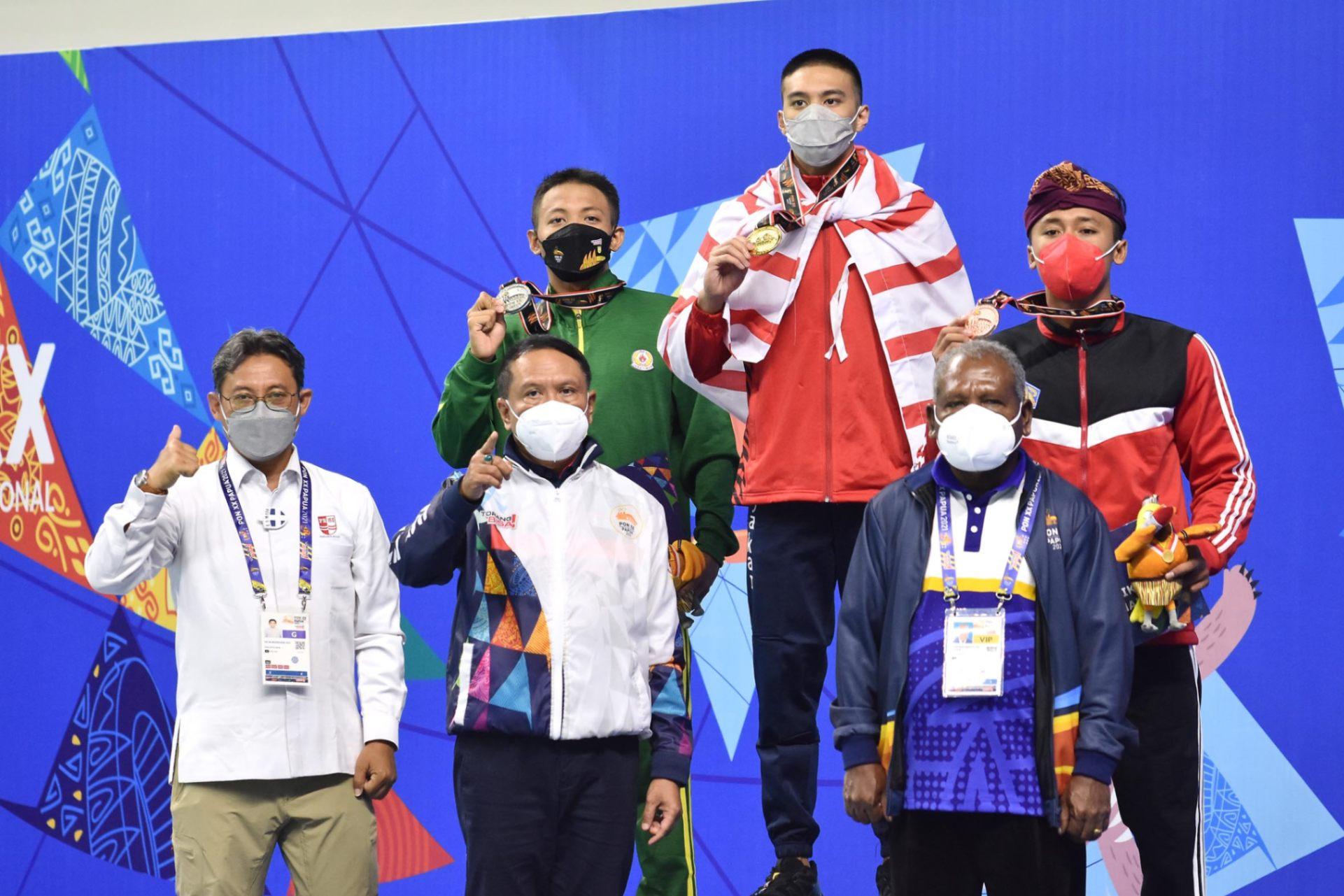 Penganugrahan medali cabor Renang nomor 200m Gaya Dada Putra dihadiri Oleh Menpora Zainuddin Amali di Stadion Aquatik Kampung Harapan Jayapura