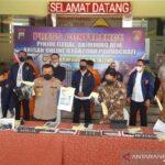 """Polda Jawa Tengah menangkap dua pelaku pencurian dengan modus """"skimming"""" kartu ATM yang merugikan korbannya hingga ratusan rupiah"""