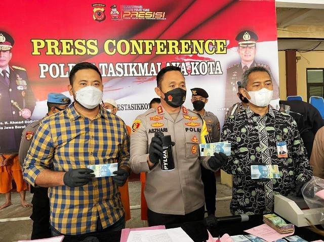 Konferensi pers tentang pembuat dan pengedar uang palsu di Tasikmalaya