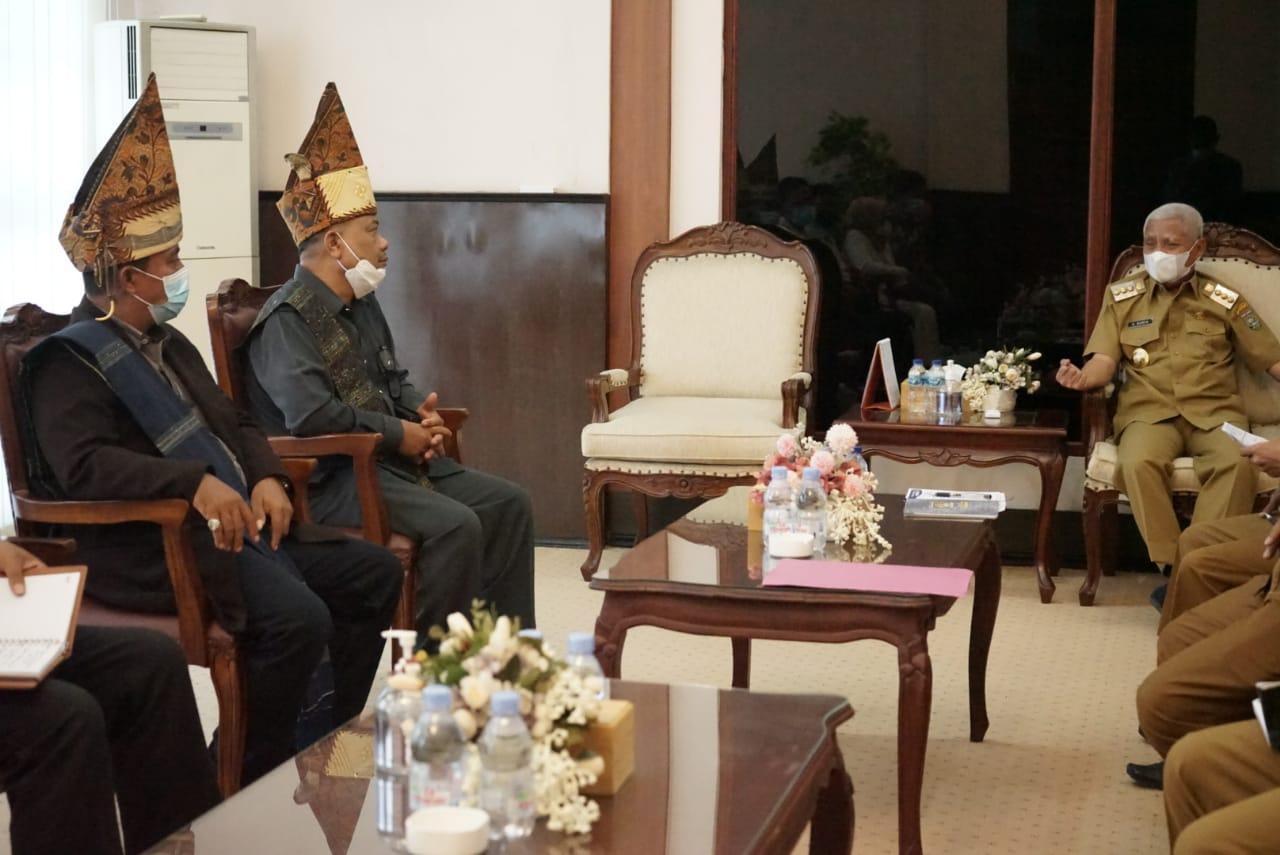 Bupati Asahan H Surya BSc menerima audiensi pengurus Dewan Pimpinan Cabang (DPC) Partuha Maujana Simalungun (PMS) Kabupaten Asahan, Senin (4/10)