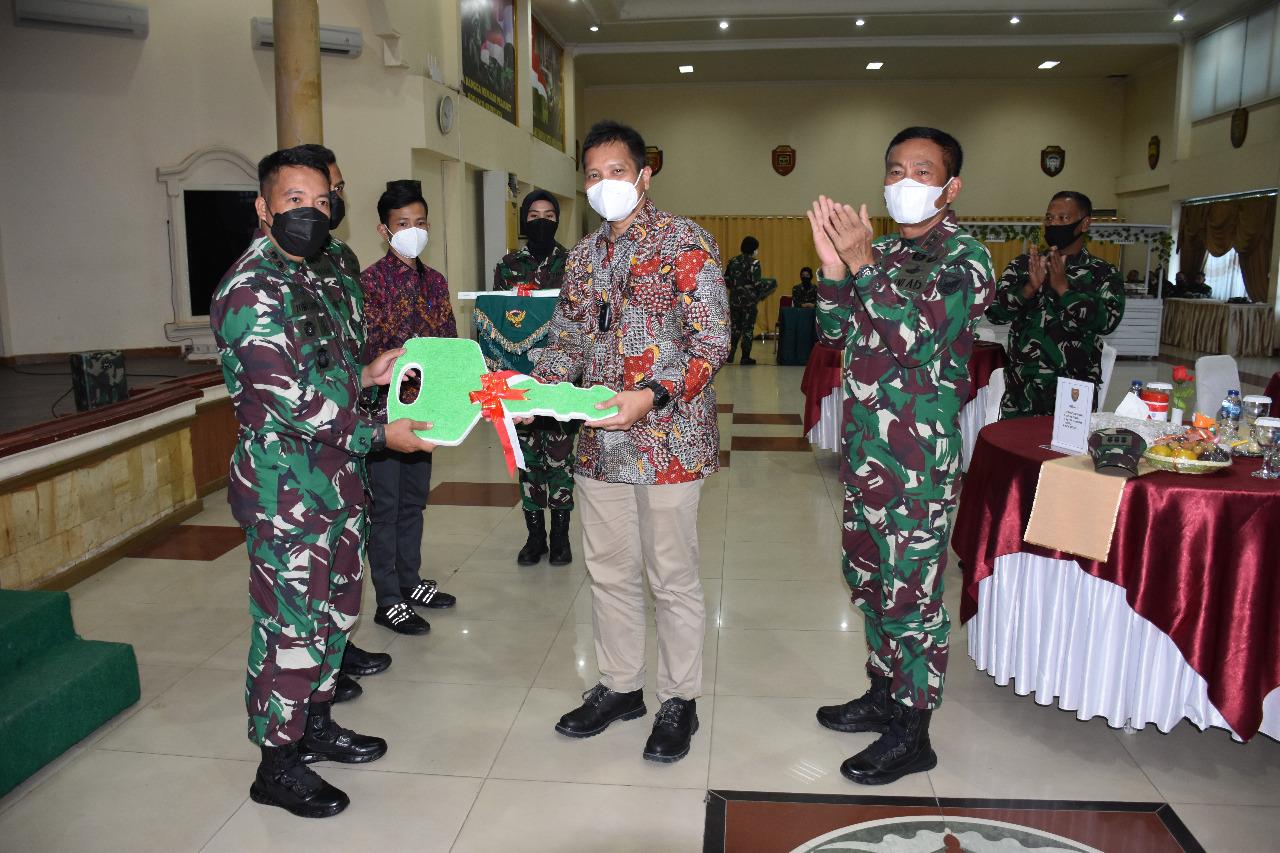 Kepala Perwakilan SKK Migas Sumbagsel, Anggono Mahendrawan menyerahkan secara simbolis kendaraan operasional bagi Satuan Tugas Pembinaan Teritorial (Satgas Binter), Jumat (8/10) di Markas Kodam II/Sriwijaya