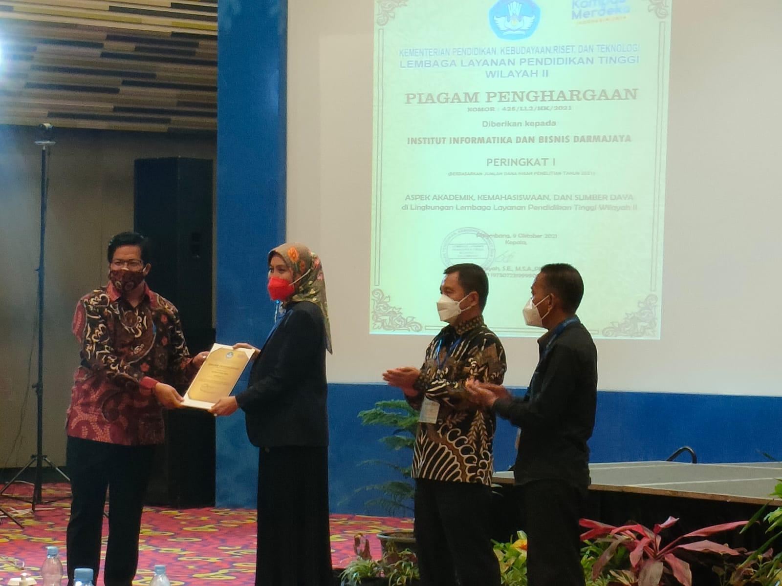 Universitas Bina Darma mendapatkan empat penghargaan dari tiga Kategori Penghargaan yang diberikan oleh LLDIKTI Wilayah II