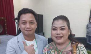 Sekretaris Ikatan Notaris Indonesia Ogan Ilir, Syarif Hidaytullah saat berfoto bersama Ketua Ikatakan Pejabat Pembuat Akta Tanah (PPAT) Sumsel, Anna Sagita