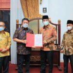 Gubernur Sumsel, H Herman Deru menyerahkan SK t PlBupati Muba kepada Wakil Bupati Muba, Beni Hernedi SIP, Minggu (17/10) malam