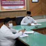Staf Ahli Gubernur Aceh Bidang Keistimewaan, SDM dan Hubungan Kerjasama, Bukhari didampingi Kepala Biro Organisasi Setda Aceh, Daniel Arca mengikuti acara Klarifikasi II Penilaian Indeks Maturitas- Nilai Dasar, Kode Etik dan Kode Perilaku (IM-NKK) di Lingkungan Pemerintah Aceh secara virtual di Ruang Rapat Sekda Aceh, Jumat (22/10)