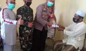 Kapolres Abdya AKBP Muhammad Nasution SIK saat menyerahkan kupon undian kepada peserta vaksinasi disaksikan oleh Forkopimda