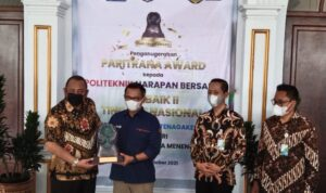 BPJamsostek Tegal memberikan Penghargaan Paritrana Award tahun ke-4 yang diserahkan oleh Wali Kota Tegal, H Dedy Yon Supriyono kepada Politeknik Harapan Bersama (PHB) Kota Tegal