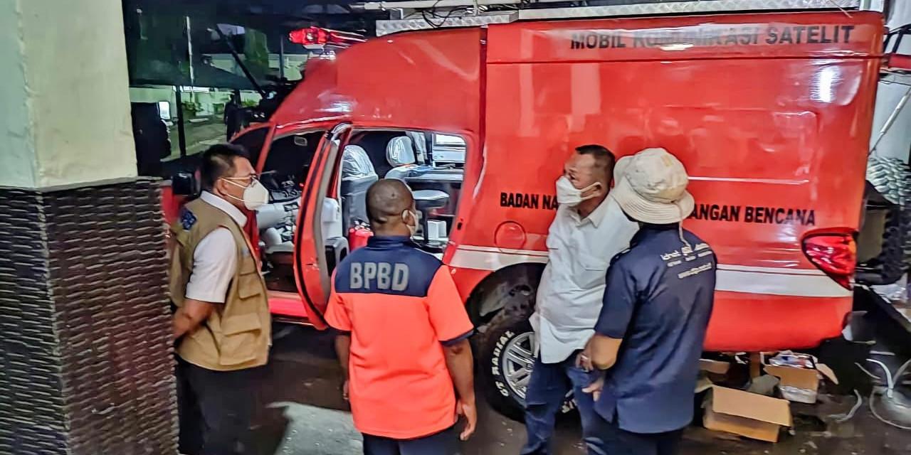 epala Badan Nasional Penanggulangan Bencana (BNPB) Letjen TNI Ganip Warsito SE., MM., (baju putih tanpa rompi) Melakukan peninjauan Mobil Komunikasi (komob) yang berada di Posko Subsatgas Kota Jayapura,