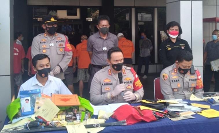 Kapolres Metro Bekasi Kota Kombes Pol Aloysius Suprijadi SIK MH saat konferensi pers