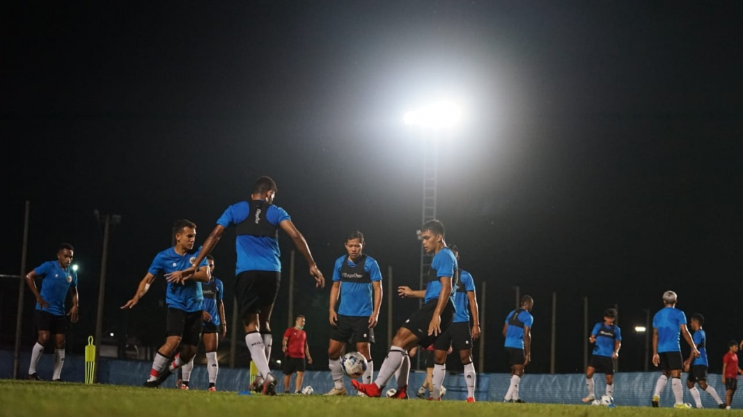 Timnas Indonesia terus mengasah permainan pada latihan Sabtu (9/10) malam di Chang Training Ground Buriram, Thailand.